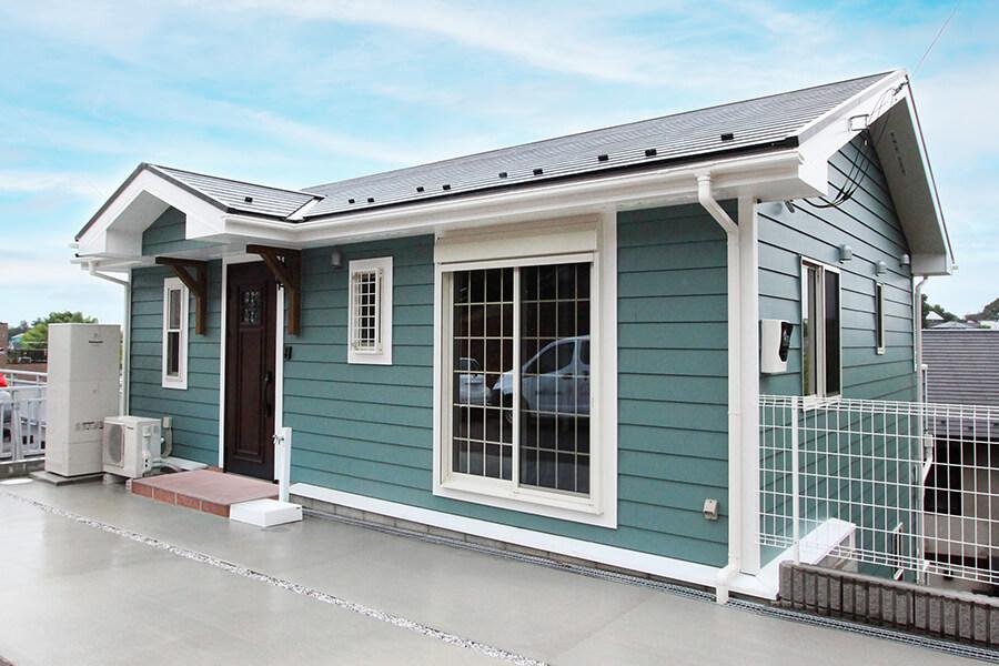 板張り風クロスの勾配天井が美しい、傾斜を利用した別荘のような家